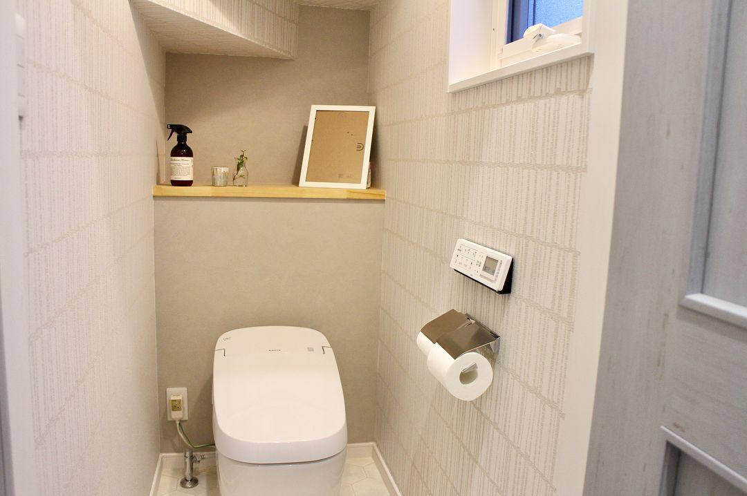 2018 03 08 トイレ 1階トイレ 狭いし 階段下トイレ だけど 大好きな場所です 狭いうえに出てすぐに 手洗い場 があるので うまく全体像が写せない リクシルのサティスg かなり増額だったけど採用して良かったです コンセント丸 手洗い