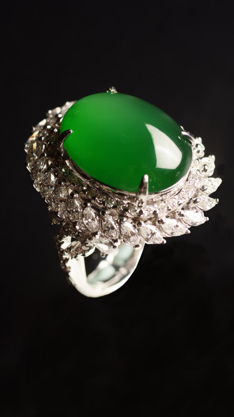 華麗 陽色翡翠戒指 陽色蛋面翡翠, 馬眼鑽石 18K金