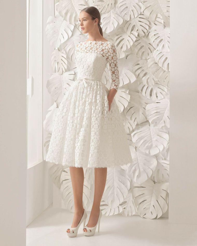 e4c90af4312b Abbigliamento elegante con un abito da cerimonia di colore bianco con pizzo  e scarpe tacchi alti