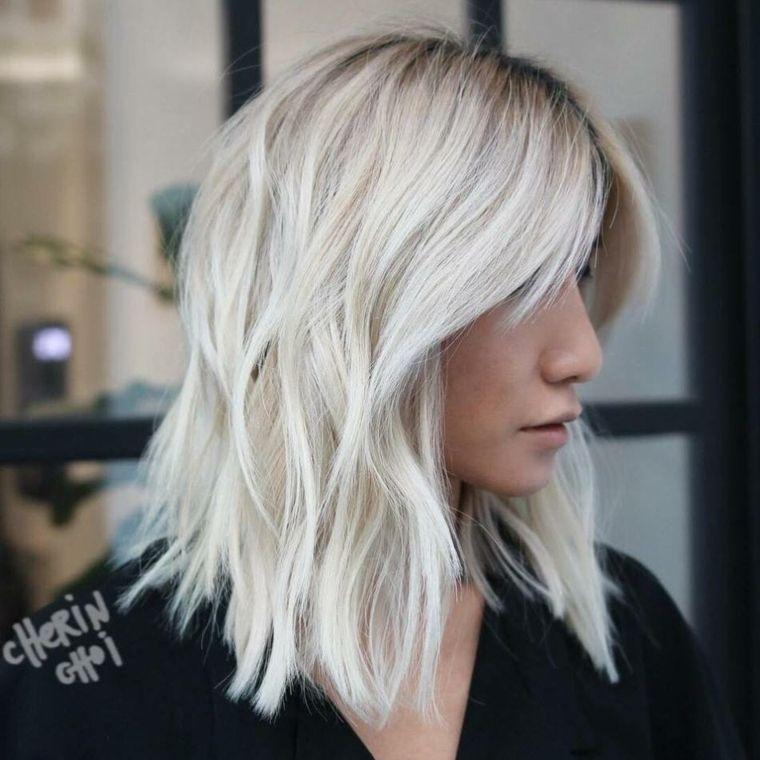 Tagli scalati medi per dei capelli di colore biondo ghiaccio con frangia  separata fae133cc062d