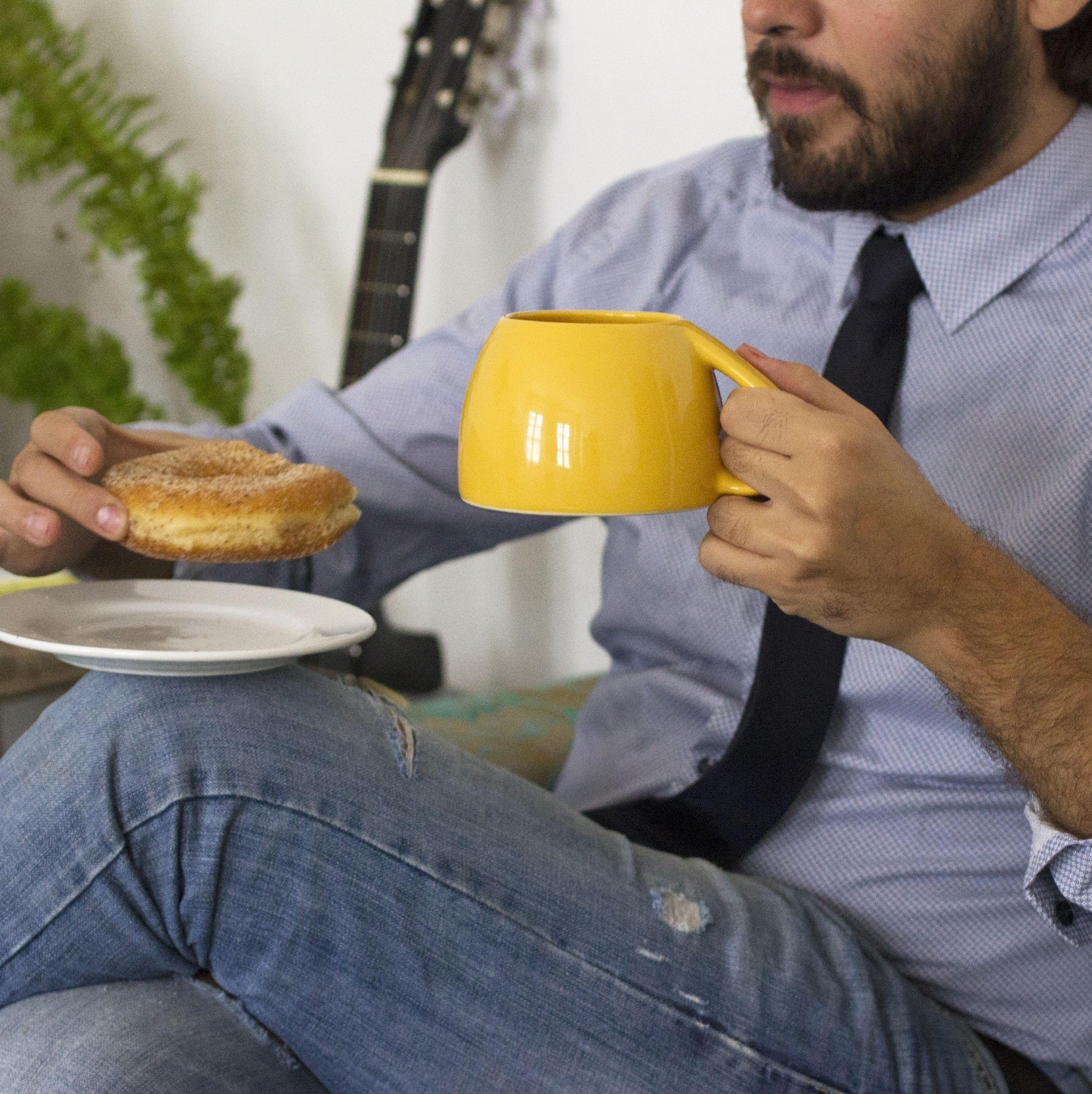 No hay mejor acompañante que una buena taza de café. (Taza por O-lab studio)  #tazadevuelta #cerámica #mexicandesign #coffee #mug