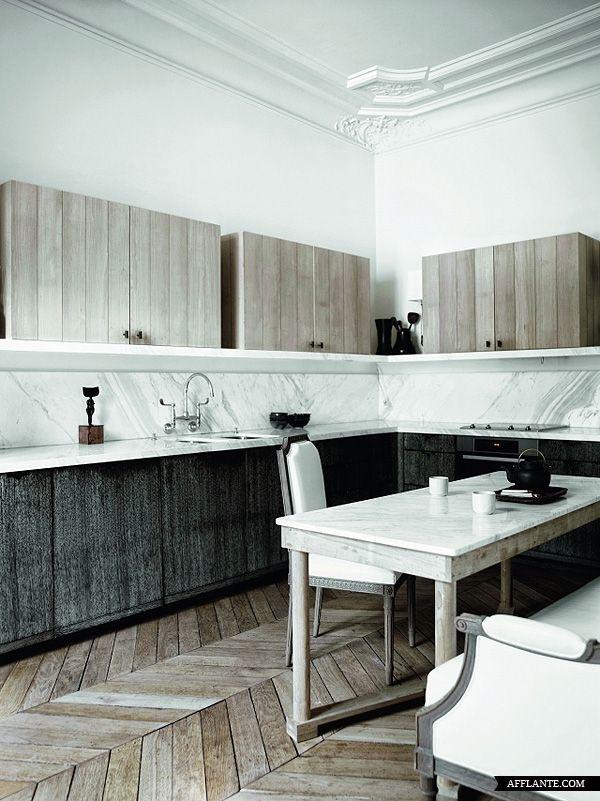 Un apartamento parisino donde se han usado negro, blanco y madera ...