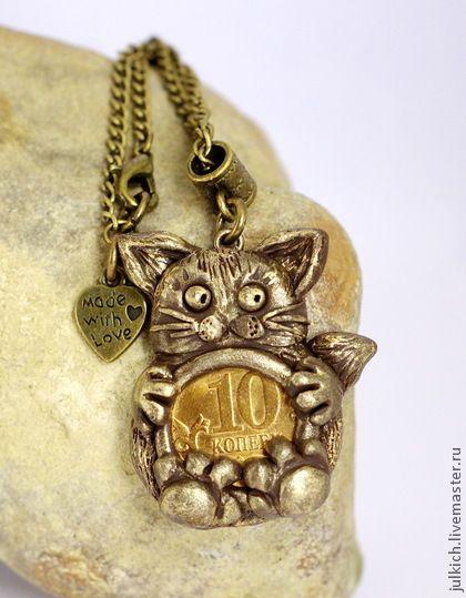 Подвеска `Денежный котик` (термопластика). Подвеска в виде хитрого котика, стащившего монетку, из полимерной термозапекаемой глины, тонирована золотой акриловой краской, вскрыта лаком, достаточно прочная. В комплекте с бронзовой цепочкой.    Внимание!