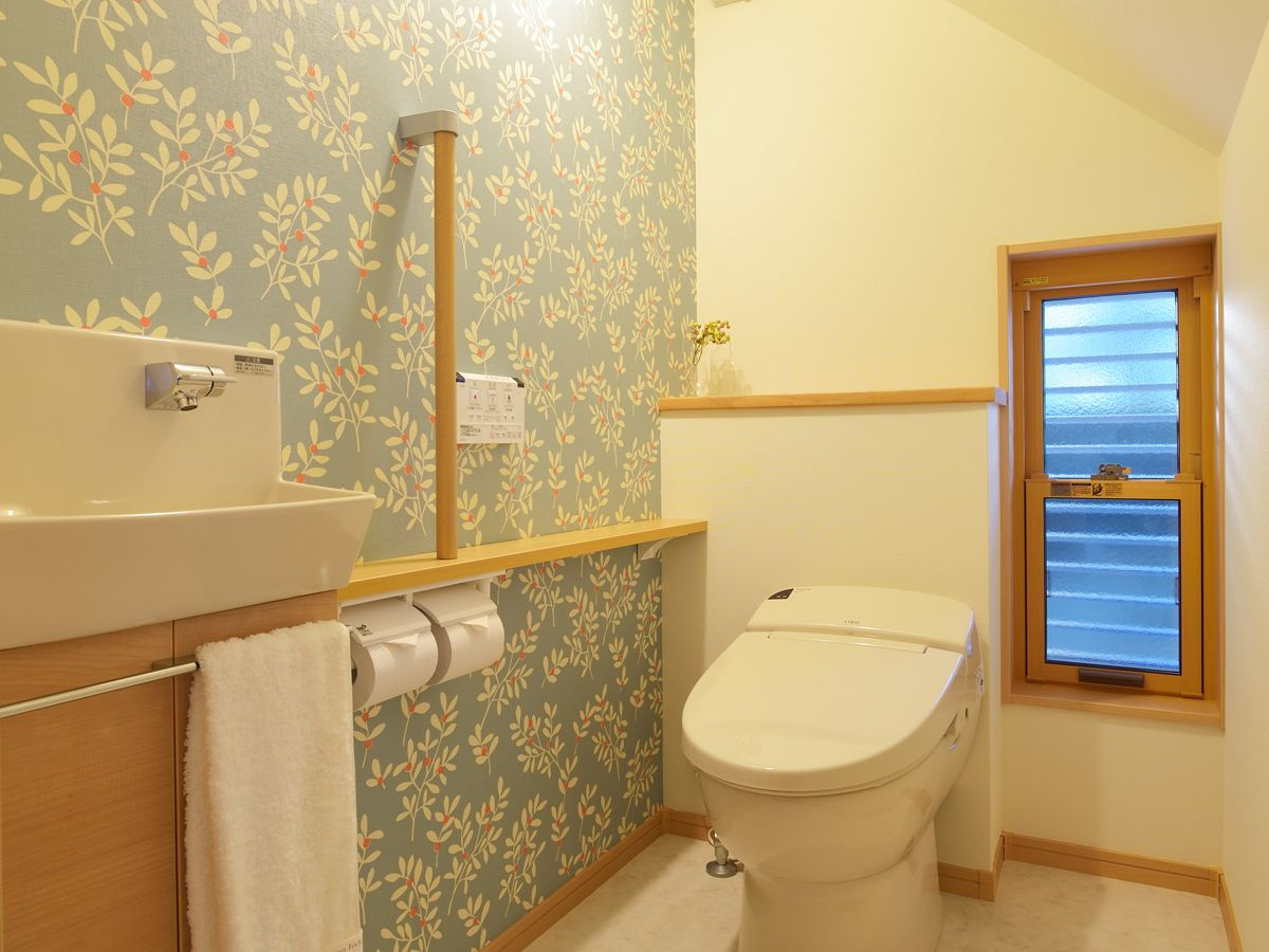 壁紙選びのポイントをおさえるだけであなたのお家にも素敵なトイレを実現できます トイレのような小さな空間は壁紙を少し工夫するだけで ガラッと印象が変わるからです トイレのデザイン トイレ 壁紙 トイレのアイデア