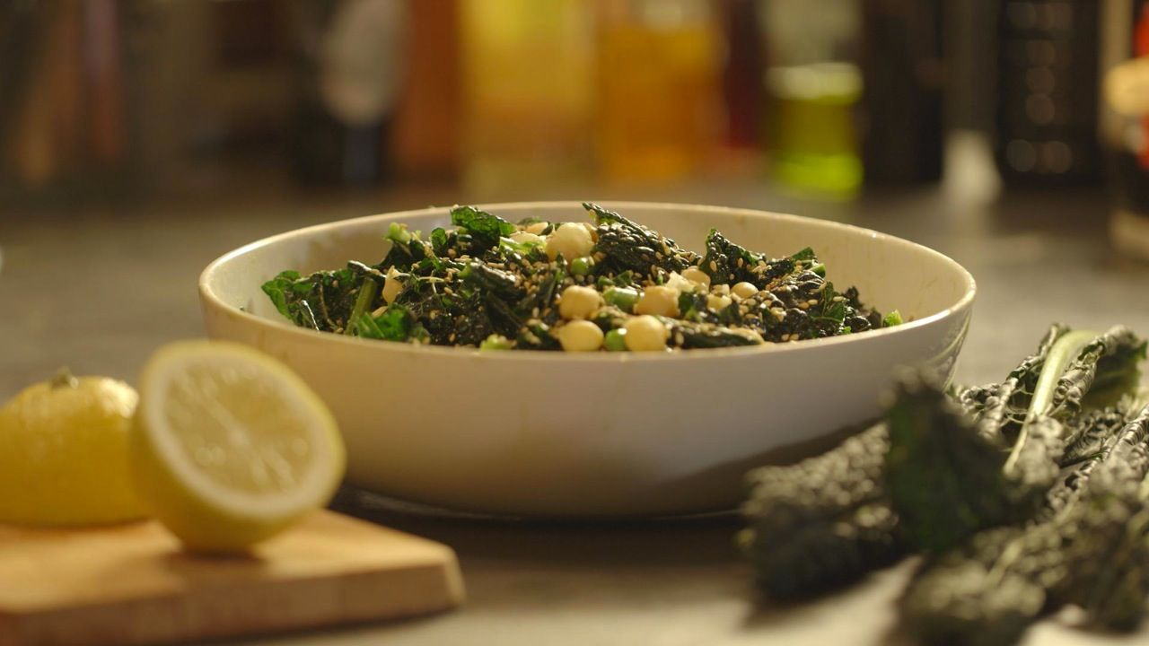 Rauwe palmkoolsalade met miso en kikkererwten uit 'Koken met Microben' #KMVB…