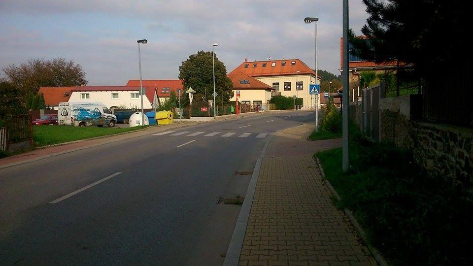 Mi pueblo hay cuatro paradas de autobús: Lipence, Škola Lipence, U Kapličky y Pod Kyjovem. Este parada de autobús se llama Škola Lipence porqué está cerca de escuela.
