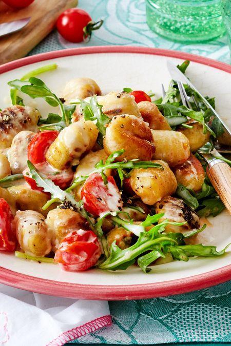 Gnocchi mit Tomaten-Käsesoße und Rucola Rezept | LECKER