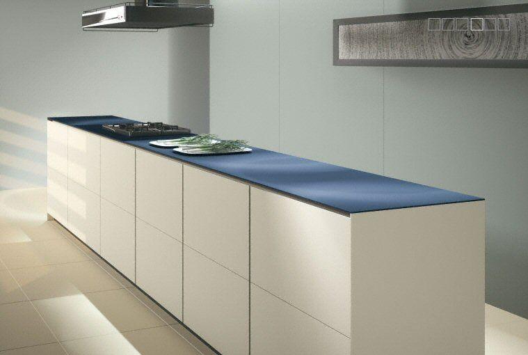 Plan-de-travail-en-ilot-de-cuisine-moderne-fonce-en-ceramique-4jpg
