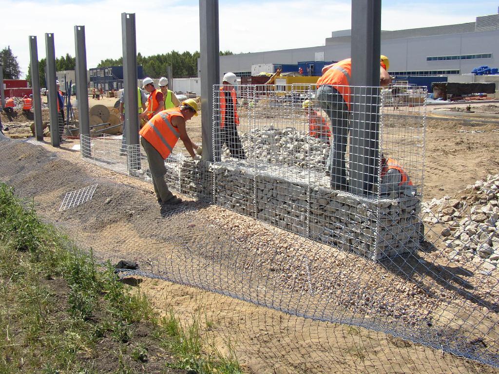 Build a gabion fence in the garden pinterest gabion for Build best construction