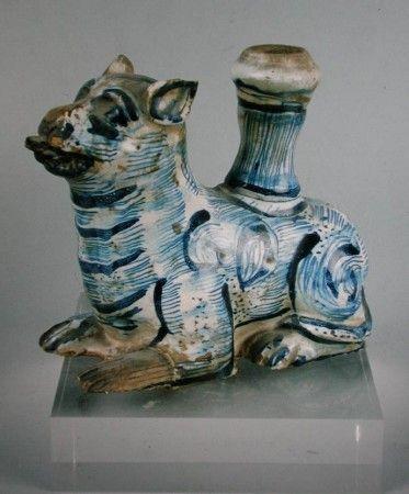 """Aquamanil """"leão"""" em faiança portuguesa, decoração a azul, séc. XVII, restauros e faltas no vidrado Dim. - 16 cm. Cabral Moncada Leilão, Lt. 104"""