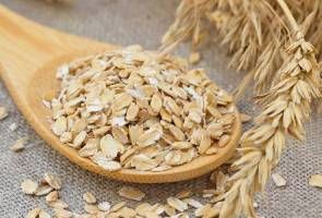 Eating oats can lower cholesterol levels and reduce a person's risk of developing cardiovascular disease, a research found.