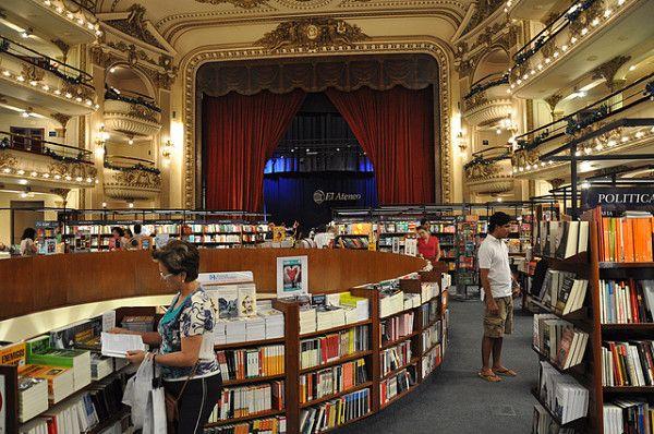 La librería Ateneo combina los elementos de una librería con la estética del teatro que fue años atrás