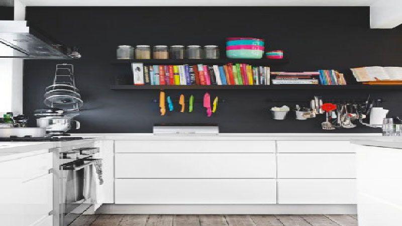 Un mur noir dans une cuisine blanche cu0027est tendance ! House - peindre un meuble laque blanc