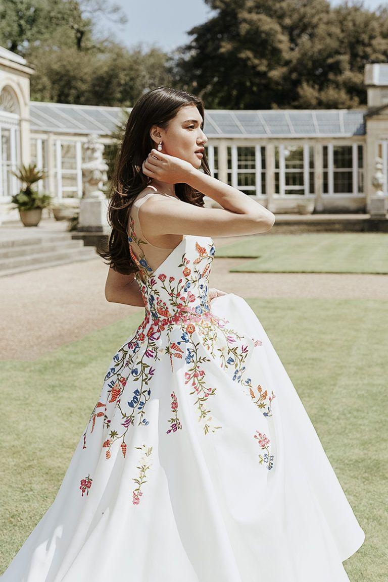 20 Extraordinary Floral Wedding Dresses Millennial Brides Will Love Best Wedding Dresses Fancy Wedding Dresses Italian Wedding Dresses [ 1153 x 768 Pixel ]