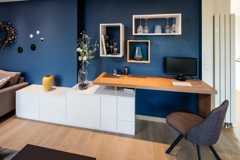 bureau dans un salon avec niches