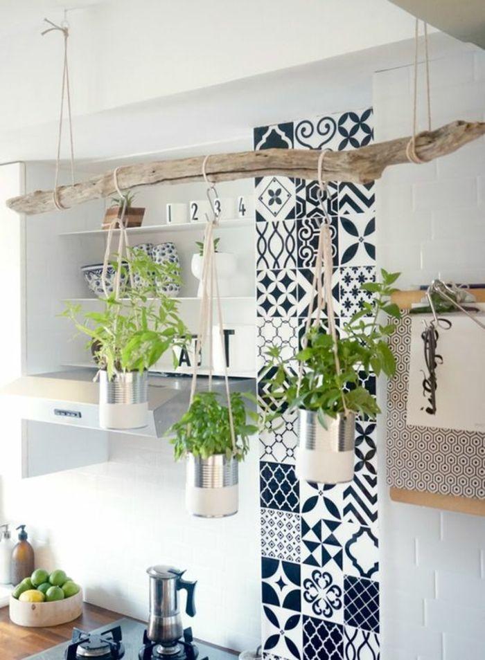 une solution pour habiller un mur en mosaique de faience bleu et blanc colonne decorative pres du lavabo et du plan de travail decoration avec une piece
