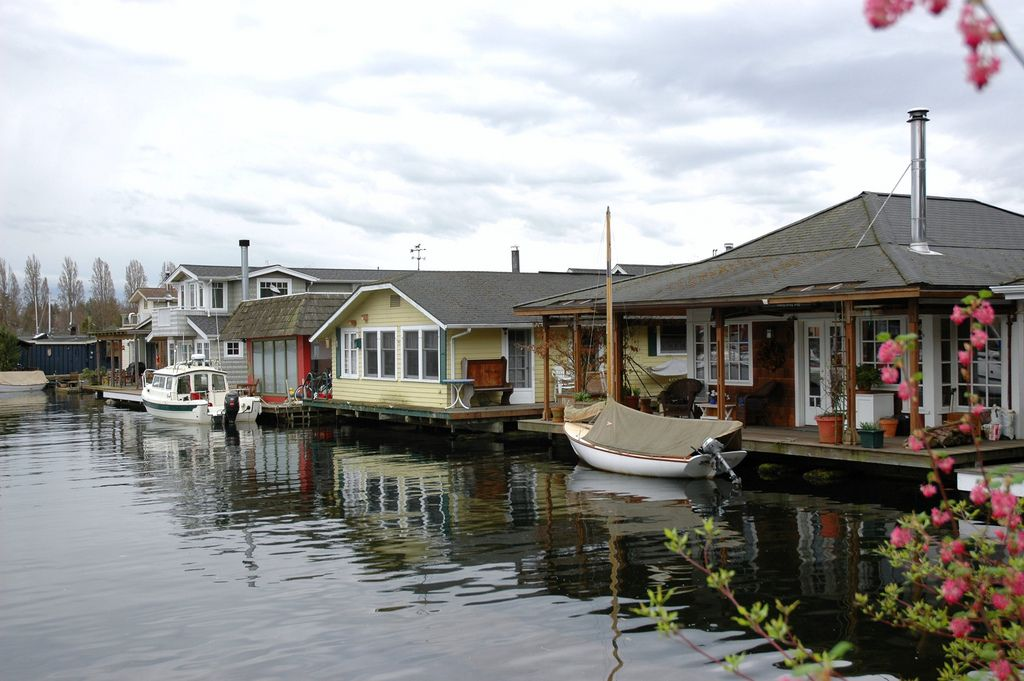 50 Floating Home Ideas From Around The World Photos Destination Floating House Portage Bay Houseboat Living