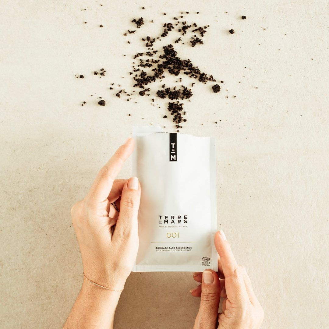 Exfoliation Et Hydratation De La Tete Aux Pieds Dans Un Unidose Exfoliate And Moisturize From Head To Toe In A Single Dose In 2020 Coffee Bag Drinks Coffee