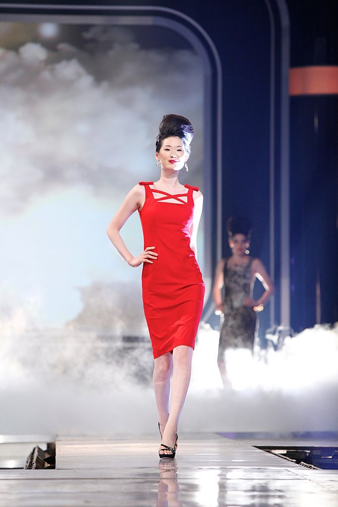 Lisa brings the pizazz with this version of her signature little black dress in Chinese red. #FashionStar