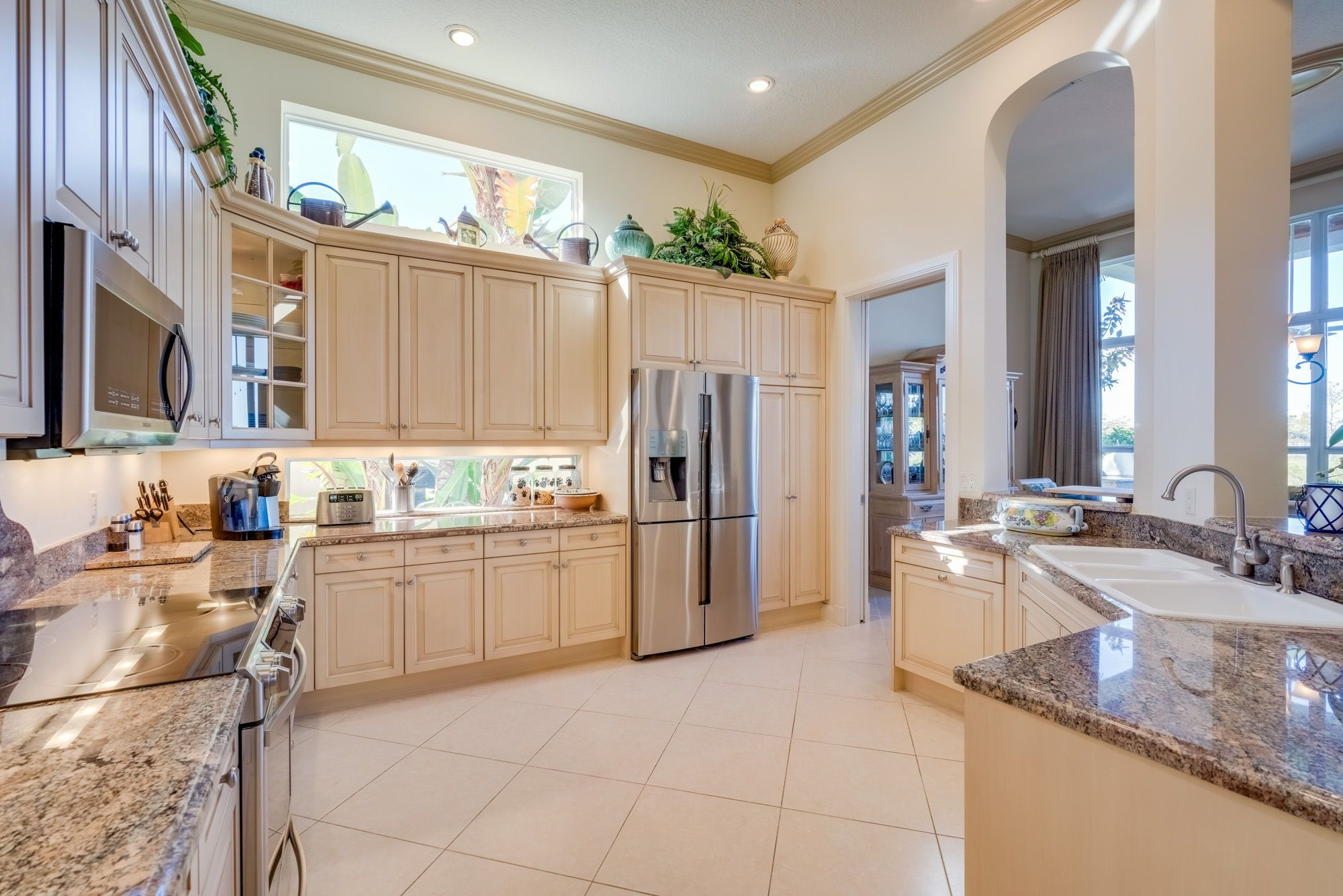 The kitchen is openconcept and has granite countertops ud tall