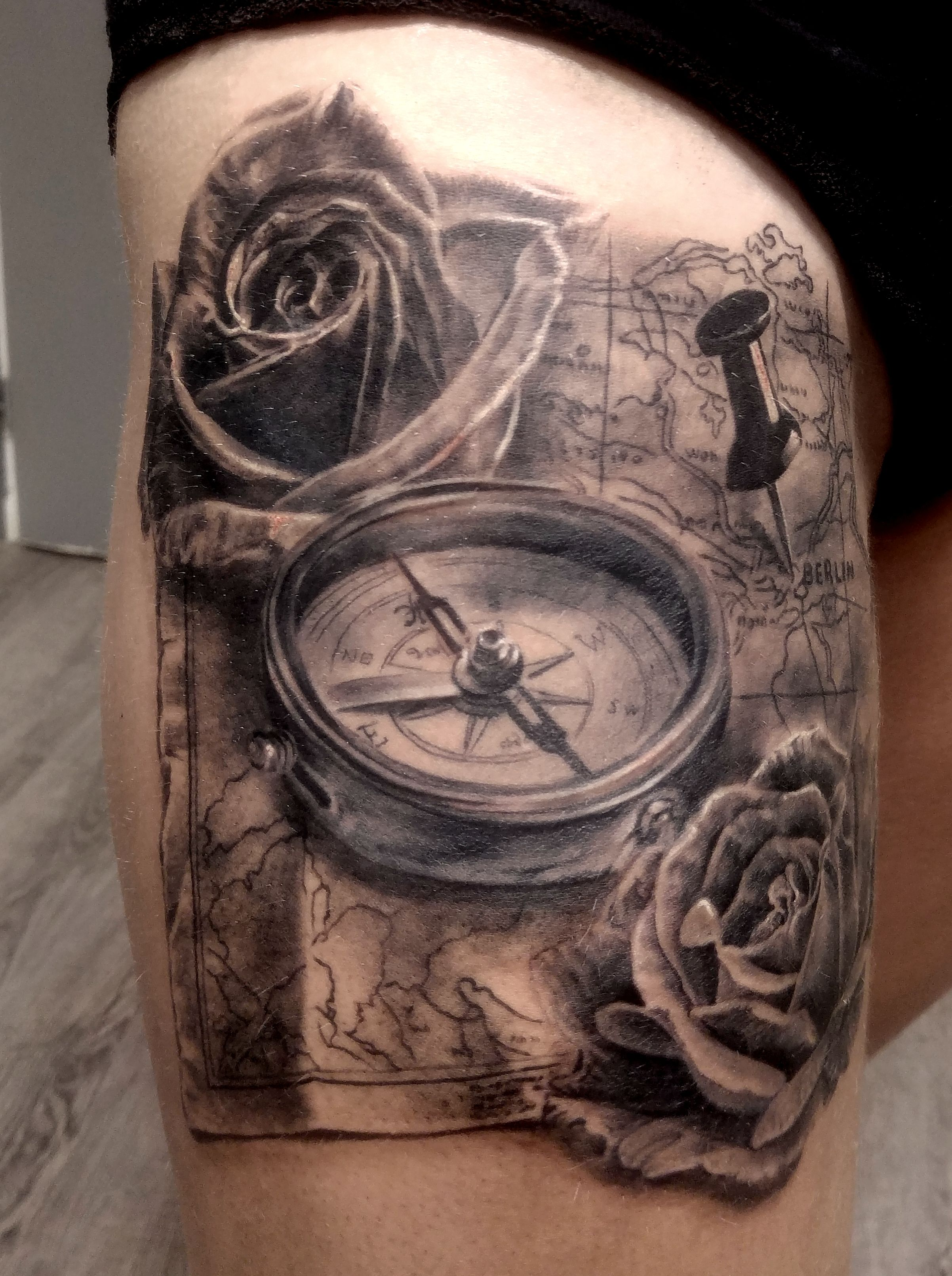 Tatouage roses carte boussole par stephane bueno tatoueur studio black corner tattoo rose - Tatouage homme boussole ...