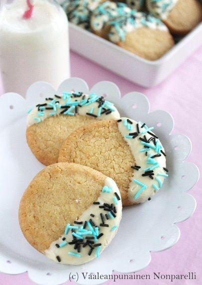 Sitruunakeksit lakritsiströsselillä  Lemon cookies with liquorice sprinkles