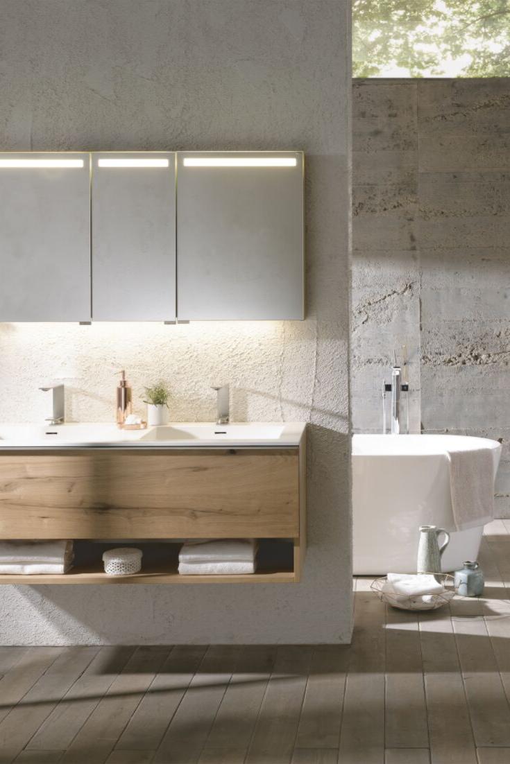 Bad Badezimmer Holztisch Holz Unterschrank Waschtisch Waschbecken Spiegelschrank Beleuchtung Badewanne Betonwand Bathroom Vanity Vanity Double Vanity