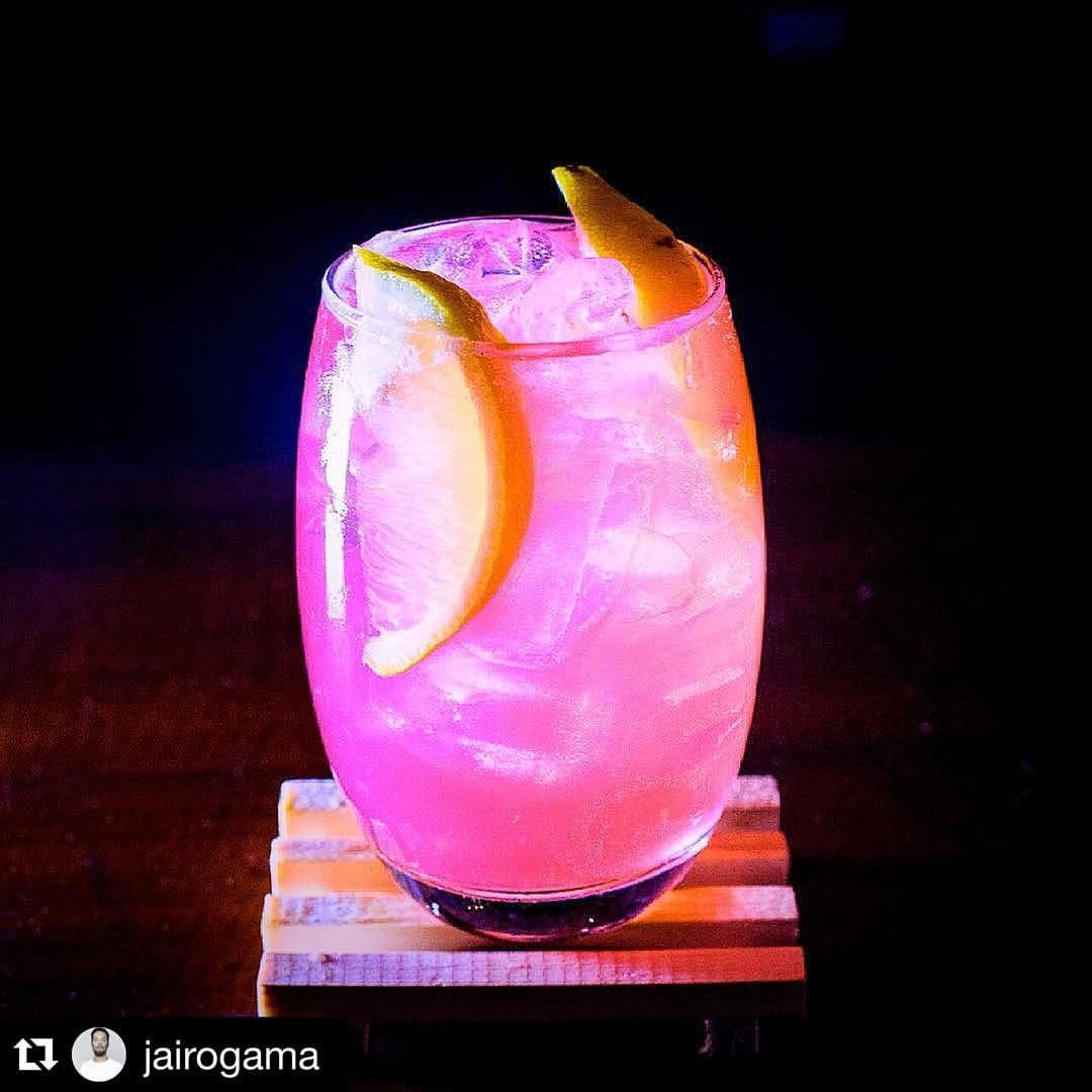 "Johnny & Neka on Instagram: ""#CocktailCrush Vodka Pink Limonade #aguardem #byjairogama : @jairogama #craftcocktail #cocktail #cocktailart #cocktailglass #garnish #garnishes #curlyladieswhotalkcocktailsdaily #curlyladies #charlestonsc #cocktailcrazy #cocktailmagic #lushlife #craftcommunity #cocktailbandits #craftcocktails #customcocktails #cocktailculture #cocktailcrush #tagacocktail #cocktailsdaily #bar #mixology #cocktailrecipe #cocktailcrush #cocktailmagic"""