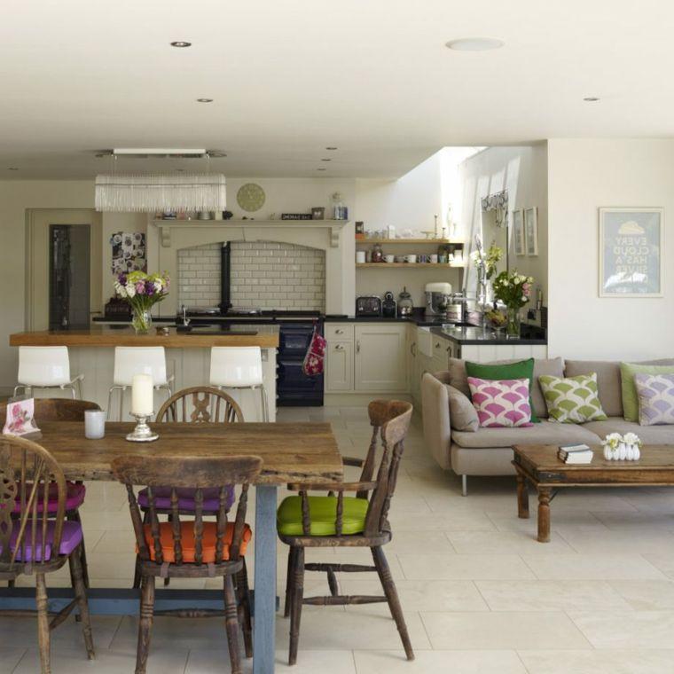 stile country cucina open space con tavolo e sedie in legno con ...