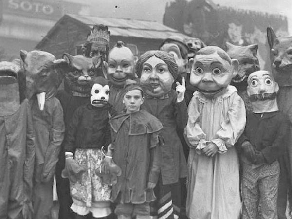 Old School Halloween Costumes That Were Truly Terrifying 20