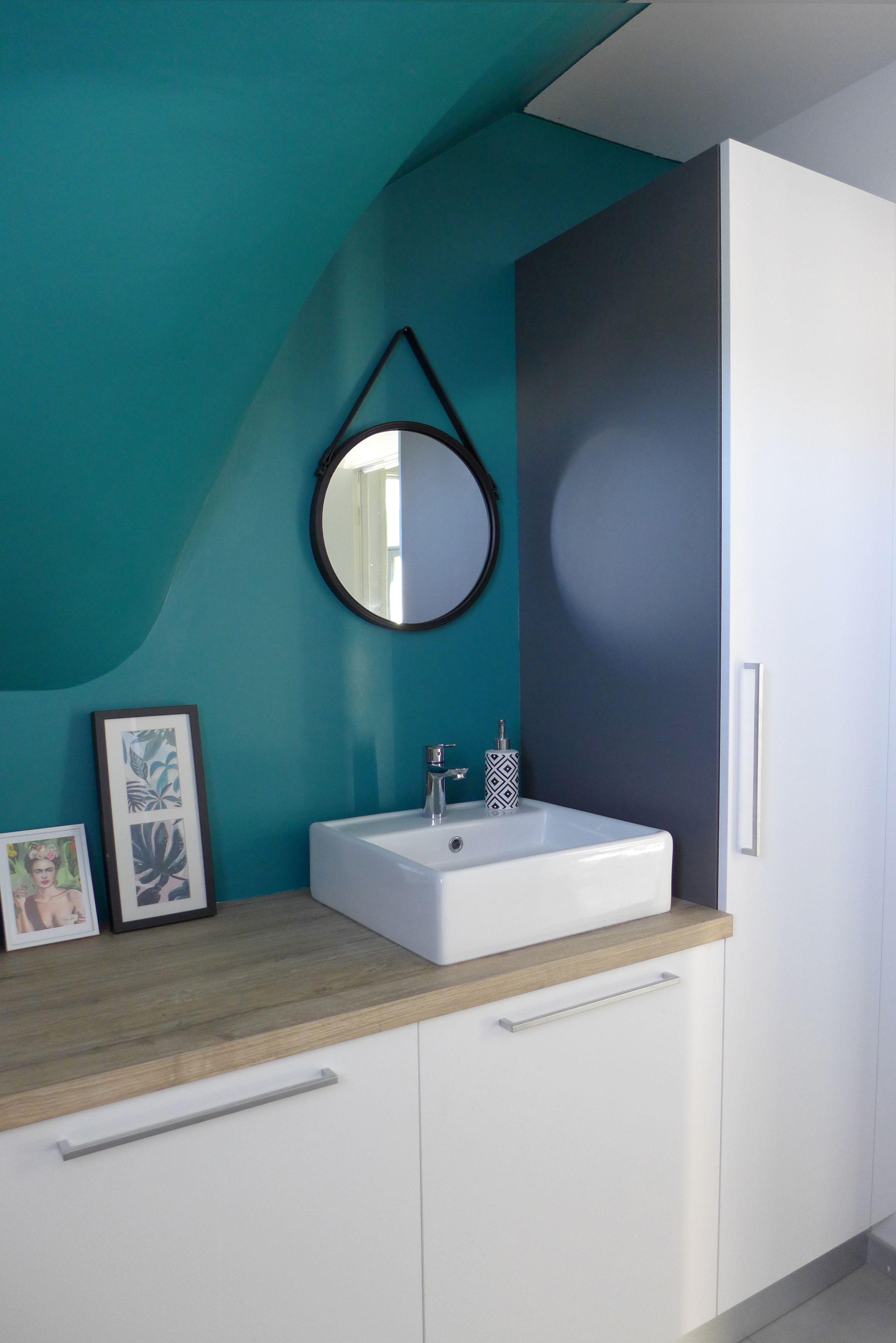Un Grand Wc Avec Rangement Sur Mesure Et Vasque A Poser Sous L Escalier Teintes De Bleu Canard Peinture Bleu Canard Salle De Bain Verte Miroir Salle De Bain