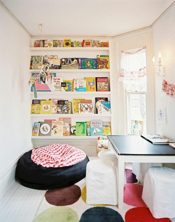 gestaltung kinderzimmer wandregale kinderhocker weiße wände farbiger