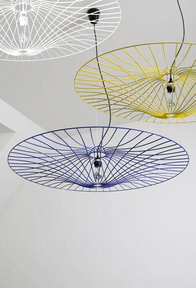suspension tr s graphique et a rienne qui r interpr te les ombrelles traditionnelles r alis e. Black Bedroom Furniture Sets. Home Design Ideas