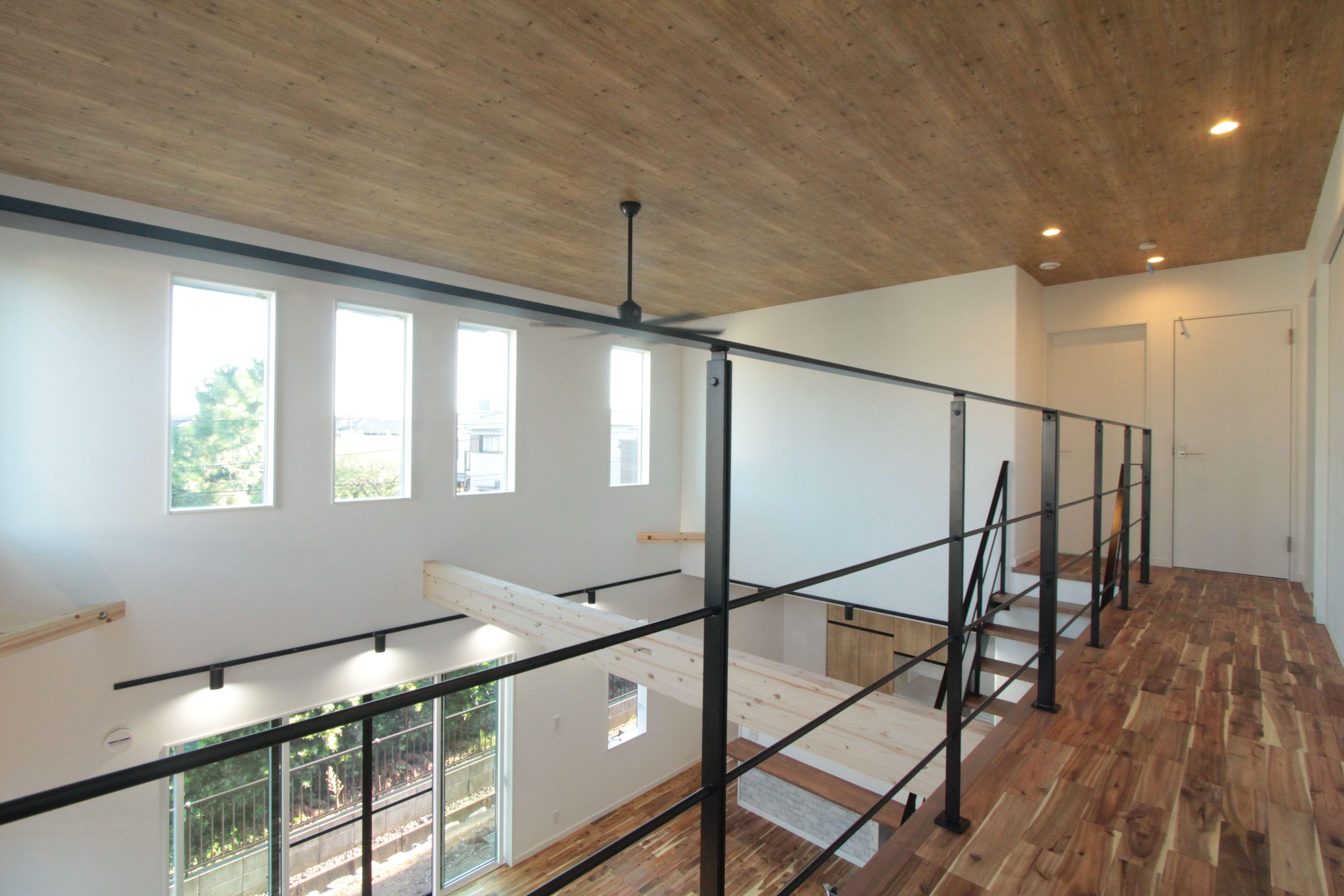 2階ホール 鉄骨階段 アカシア無垢床 天井クロス アカシア