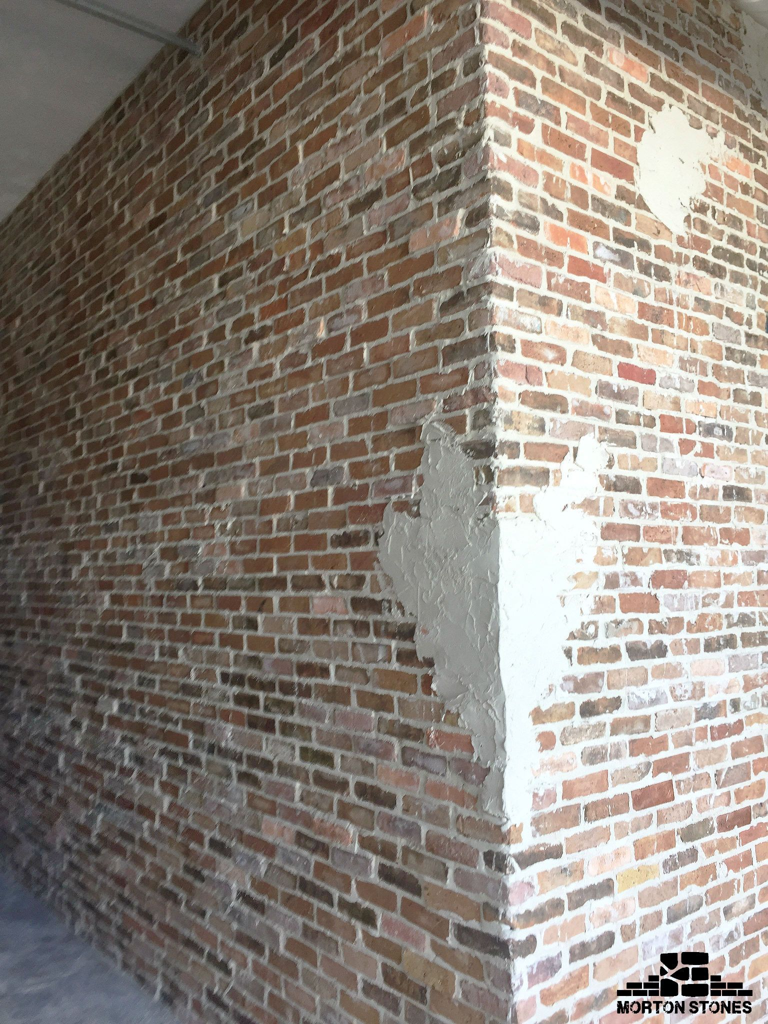 The Unfinished Brick Veneer Wall Adds Elegance To The Space Mortonstones Brick Tiles Rustic Thinbric Brick Veneer Wall Brick Veneer Interior Design Games