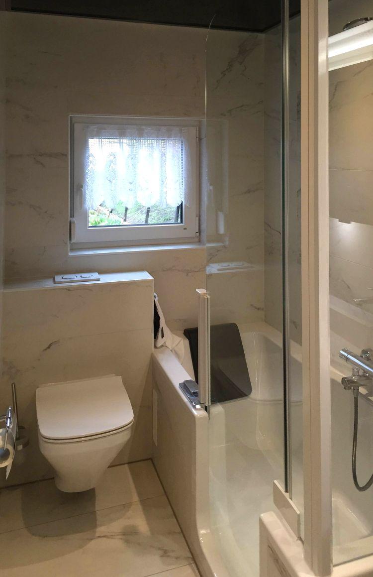 Schlauchf rmiges kleines badezimmer mit duschbadewanne for Duschwanne kleines bad