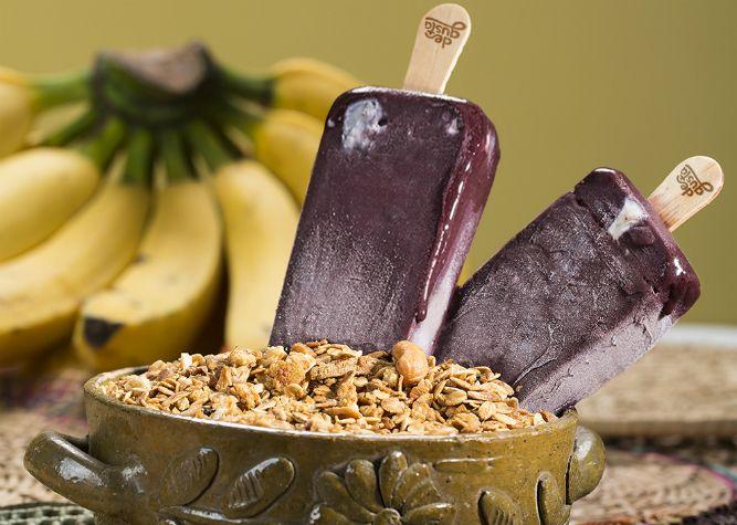 Picolé de Açaí com Banana: 00 gramas de polpa de açaí  01 banana prata picada em fatias  200 ml de iogurte natural  200 gramas de creme de leite  200 ml de leite  100 gramas de leite condensado