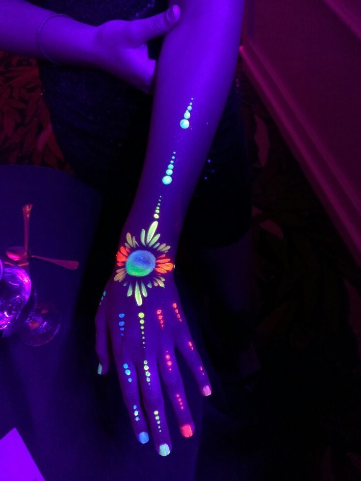 glowinthedark Schwarzlicht Party Paint Körperkunst Festival Rave  Foto   339107046943617264