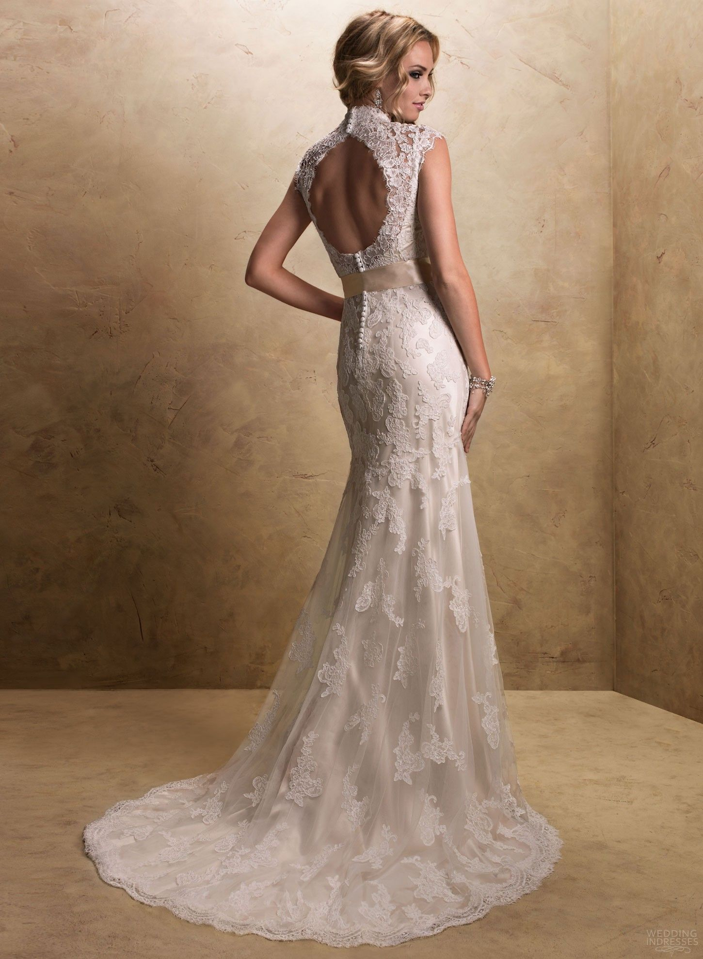 I'm completely obsessed with keyhole backs and lace