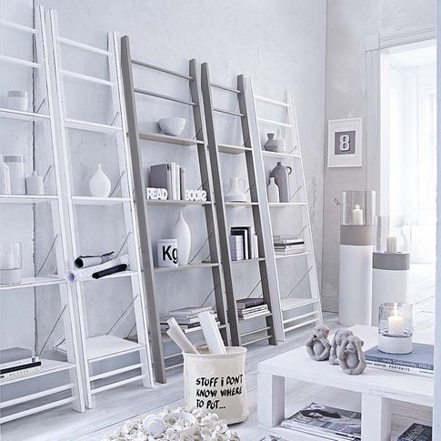 Regal in Form einer Leiter in grau, weiß bei IMPRESSIONEN Deco - weiss grau wohnzimmer mit violett deko