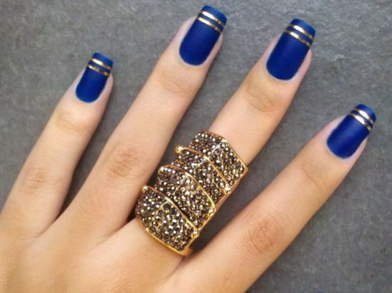 Azul com detalhe dourado.