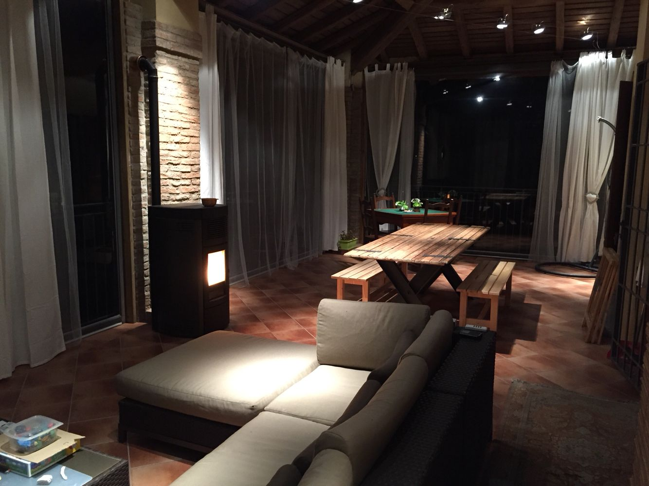 Terrazzo chiuso con tende Ermetika e stufa a pellet | veranda ...