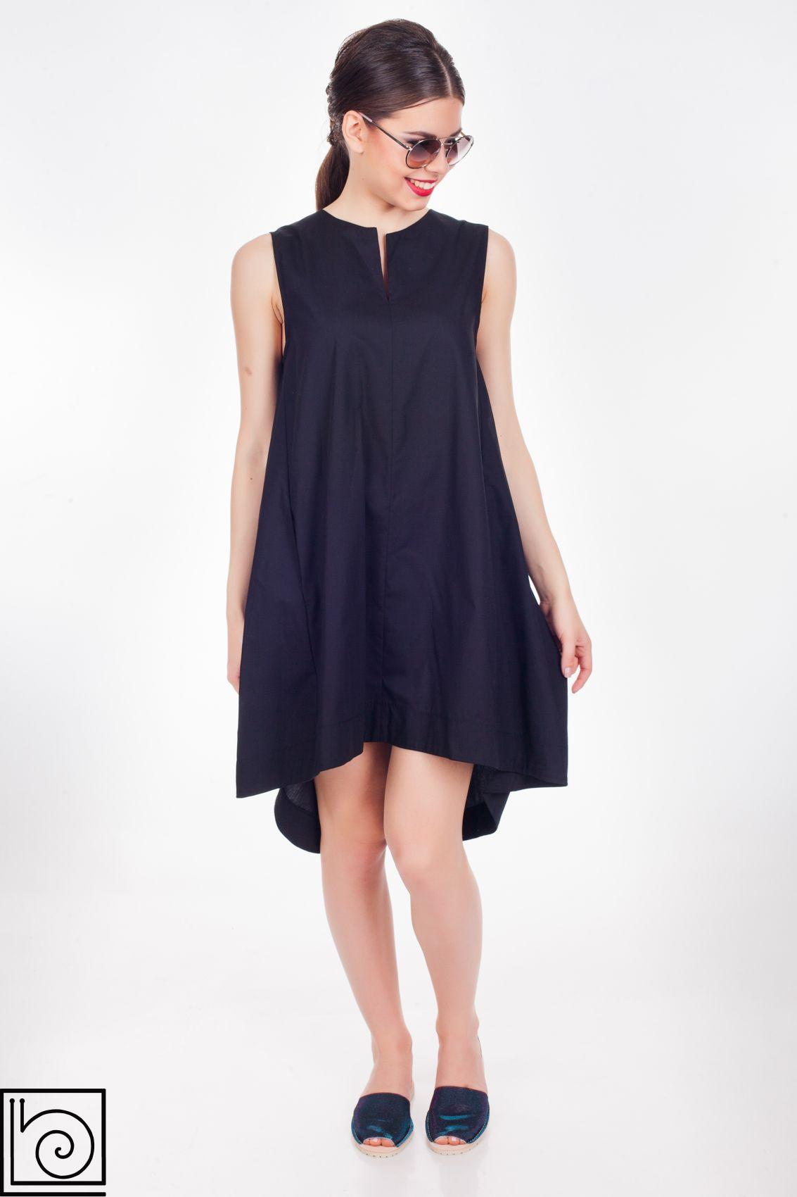 Черное летнее платье, стильное и нежаркое. Спинка длинее переда, широкое, расклешенное, без рукавов..
