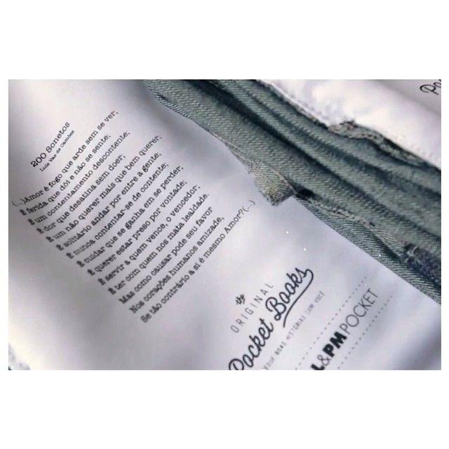 Lleva las buenas historias con vos! #PocketBooks  Historias impresas en los bolsillos de los jeans es una campaña de L&PM donde cada pieza tiene diferentes historias, poemas y cuentos de diversos escritores famosos. #denim Campaña: The Original Pocket Books