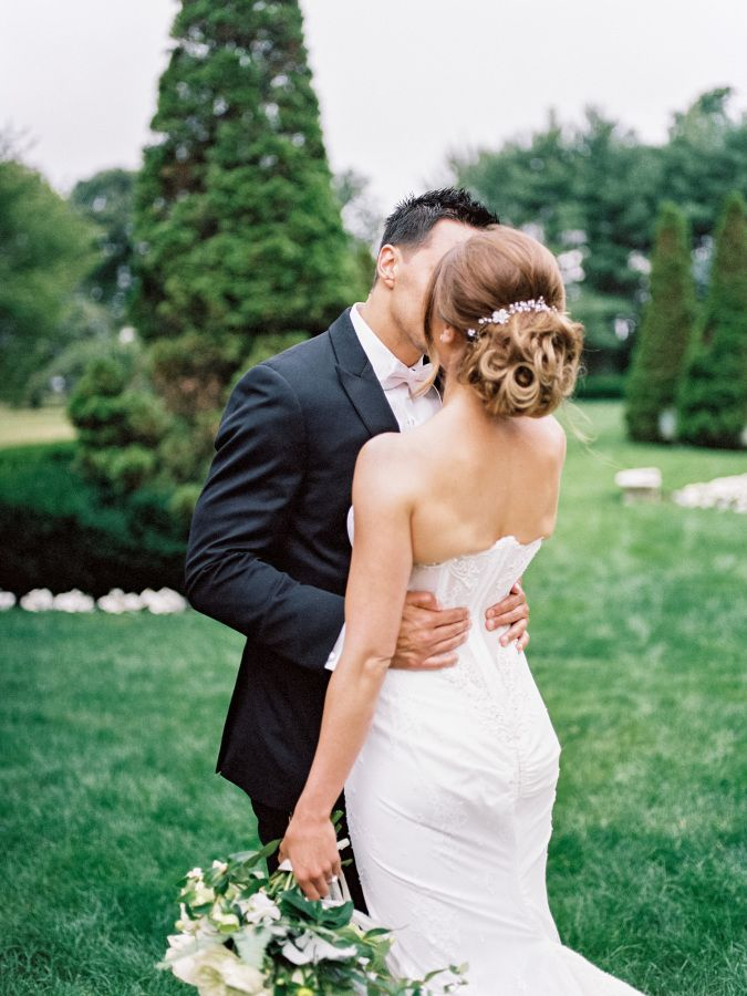Classic romantic garden kiss: http://www.stylemepretty.com/2016/09/25/handwritten-notes-served-as-escort-cards-for-their-300-guests/ Photography: Michelle Lange - http://www.loveandbemarried.com/