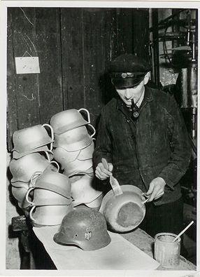 Tyske hjelme blev til NATPOTTER. Efter 2. verdenskrig blev en stor samling tyske hjelme lavet om til natpotter, som blev solgt flere steder i Europa, bl.a. i Holland, Danmark og Tyskland. Manglen på materialer var stor, så genbrugspotten var en kærkommen vare. På små fabrikker blev hjelmene typisk lakerede og fik sat håndtag på. Foto: Nationalmuseets Samlinger Online