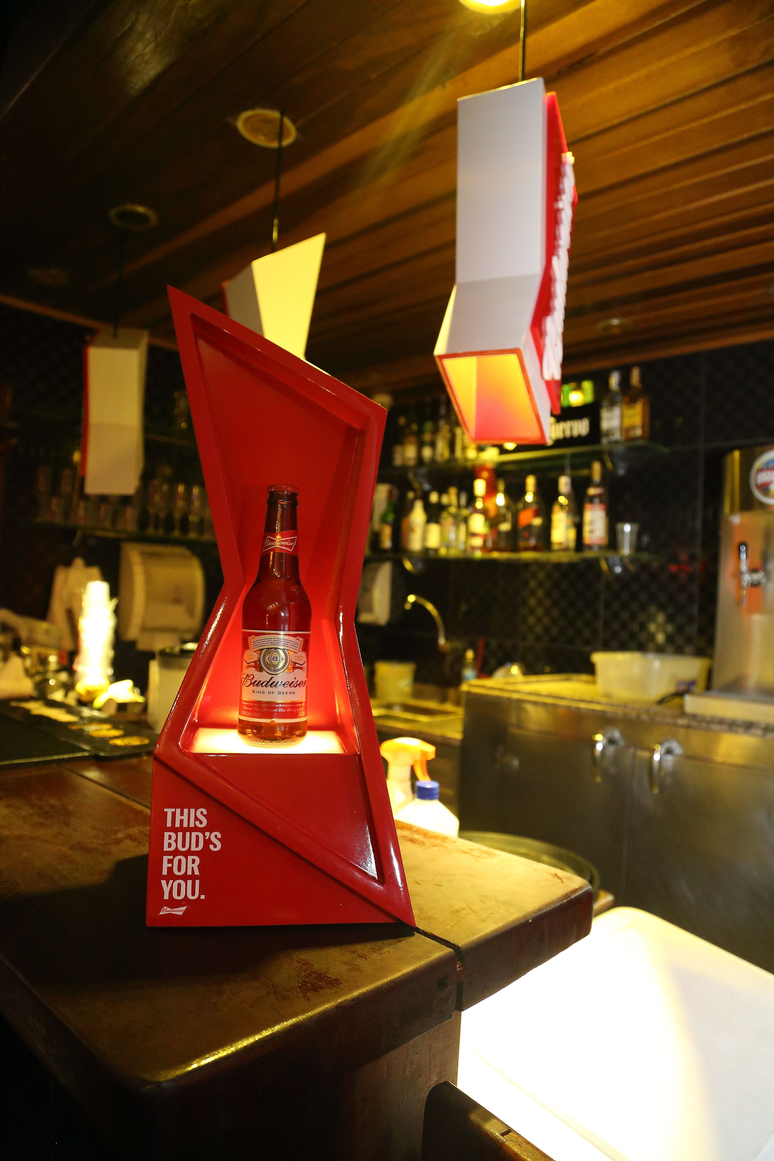 O Bar Da Eva Localizado No Rio De Janeiro Recebeu Pecas Do Tailor Made Da Budweiser Desenvolvido Pela Agencia Ioio Con Imagenes Disenos De Unas Punto De Venta Exhibidor