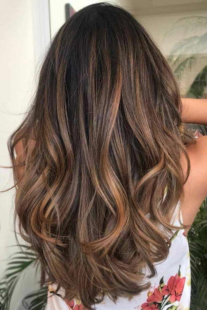 balayage caramel sur base brune, balayage cheveux longs, couleur chatain foncé, mèches cuivrées ...