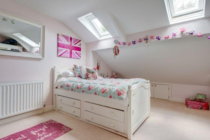Idee-Jugendzimmer-mit-Dachschräge-weiße-wände-oberlichter-wanddeko ...