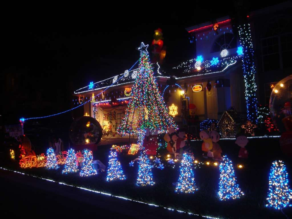 houses decorated outside for christmas